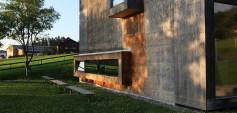 Zwischenwasser: Das Probelokal der örtlichen Musikkapelle ist der erste kommunale Lehmbau Österreichs. Handwerkliche Eigenleistungen der Mitglieder des Musikvereins ermöglichten die Umsetzung. Planung Marte.Marte Architekten, Baujahr 2001